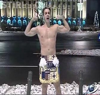 Mircea Badea a iesit imbracat doar cu penele de strut in Piata Victoriei-VIDEO