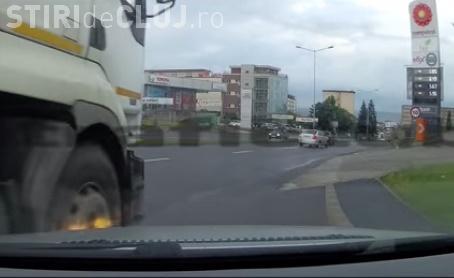 Șofer clujean lovit de o cisternă chiar în sensul giratoriu. Momentul a fost surprins de cameră VIDEO