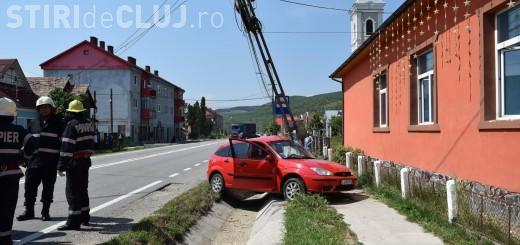 Accident rutier la Cășeiu. Un șofer neatent a distrus un stâlp de electricitate cu mașina