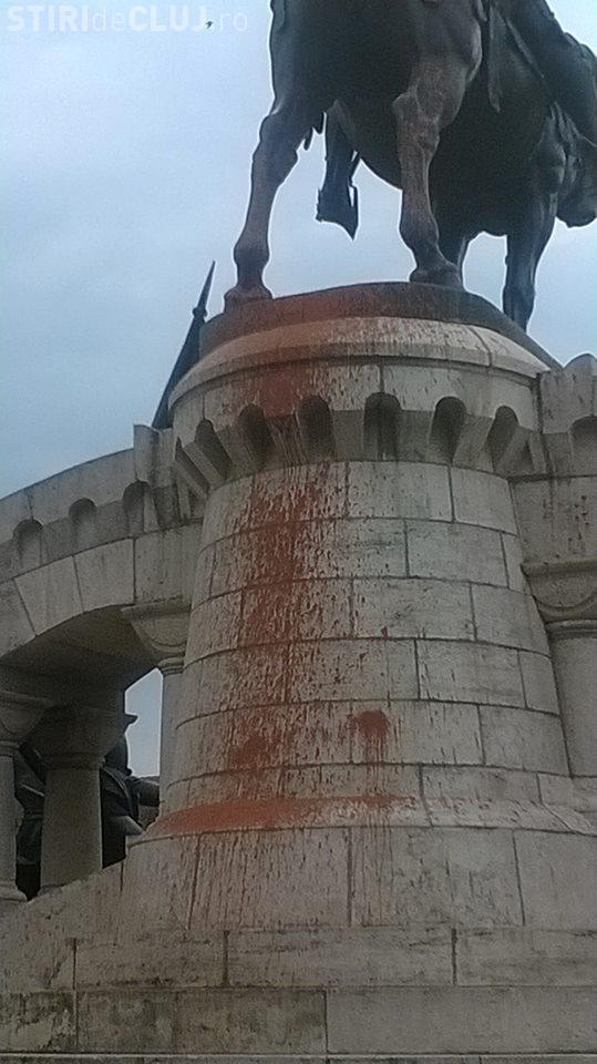 Statuia lui Matei Corvin a fost vandalizată și BATJOCORITĂ - FOTO