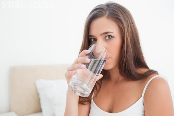 Bea apă imediat după ce te trezești. Ce efecte sunt