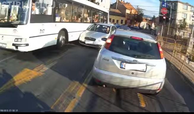 Șofer de autobuz tupeist la Cluj. A acroșat o mașină în curbă și tot el claxonează VIDEO