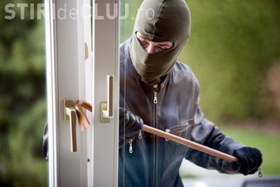 Hoț prins în flagrant după ce a furat un televizor. Proprietarul l-a auzit în casă și a fugit după el