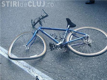 Biciclist rănit la Dej. A încercat să se urce pe bicicletă și s-a lovit de o mașină