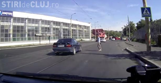 Clujeancă, aproape de a fi lovită de mașină pe trecerea de pietoni: Noroc că era atentă VIDEO