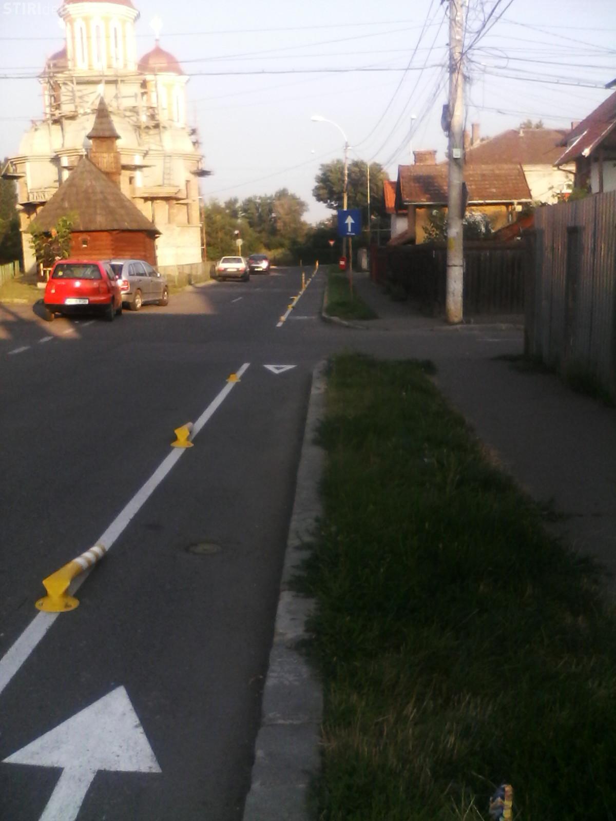 CLUJ - Stâlpii de plastic care delimitează pista de biciclete sunt VANDALIZAȚI - FOTO