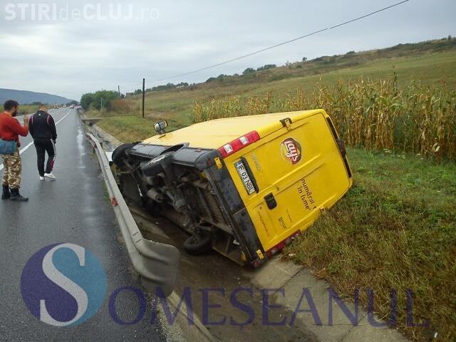 Un șofer s-a răsturnat cu duba în șanț, pe un drum clujean. A intrat direct într-un cap de pod FOTO
