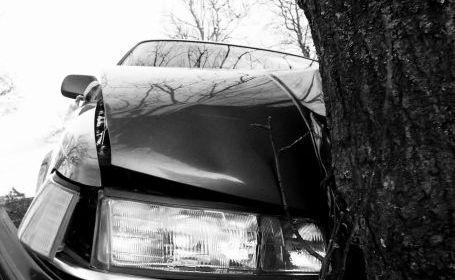 Ploaia și viteza fac victime la Cluj! O șoferiță s-a răsturnat cu mașina și s-a oprit într-un copac