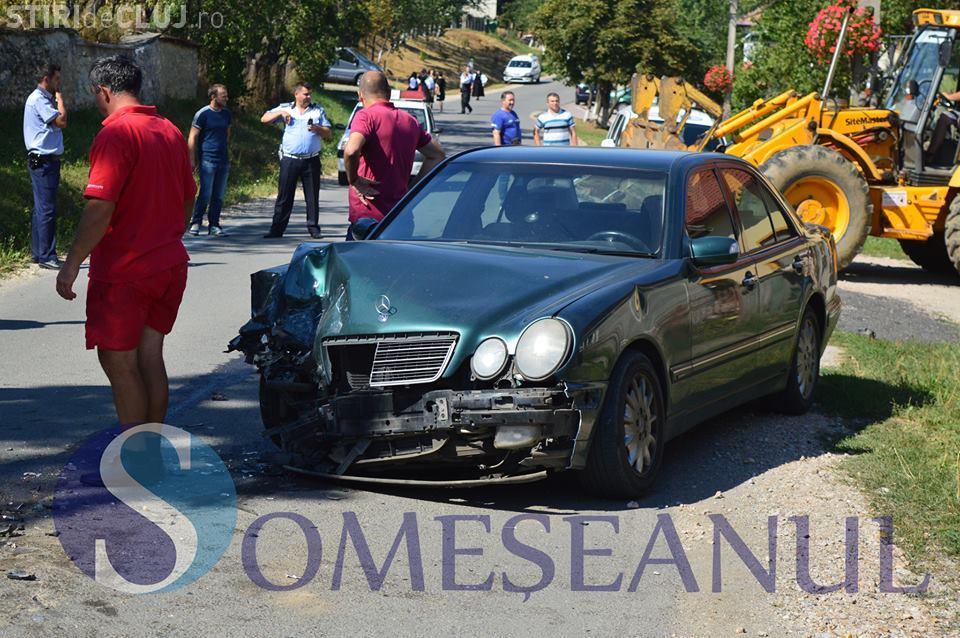 O șoferiță de 19 ani a cauzat un accident la Sic. Un autoturism a ajuns în șanț VIDEO