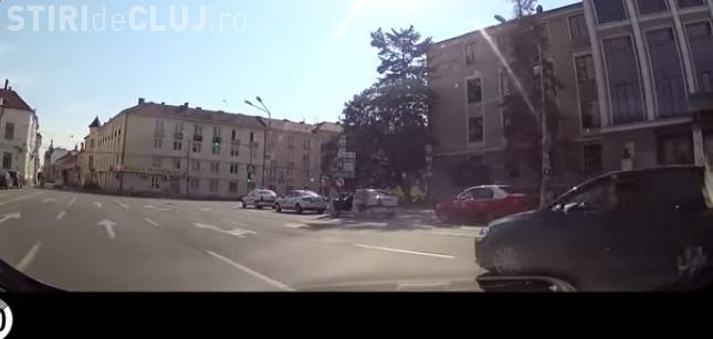 """Cum se trece pe roșu în centrul Clujului: Pentru că ei """"nu încurcă"""" pe nimeni VIDEO"""