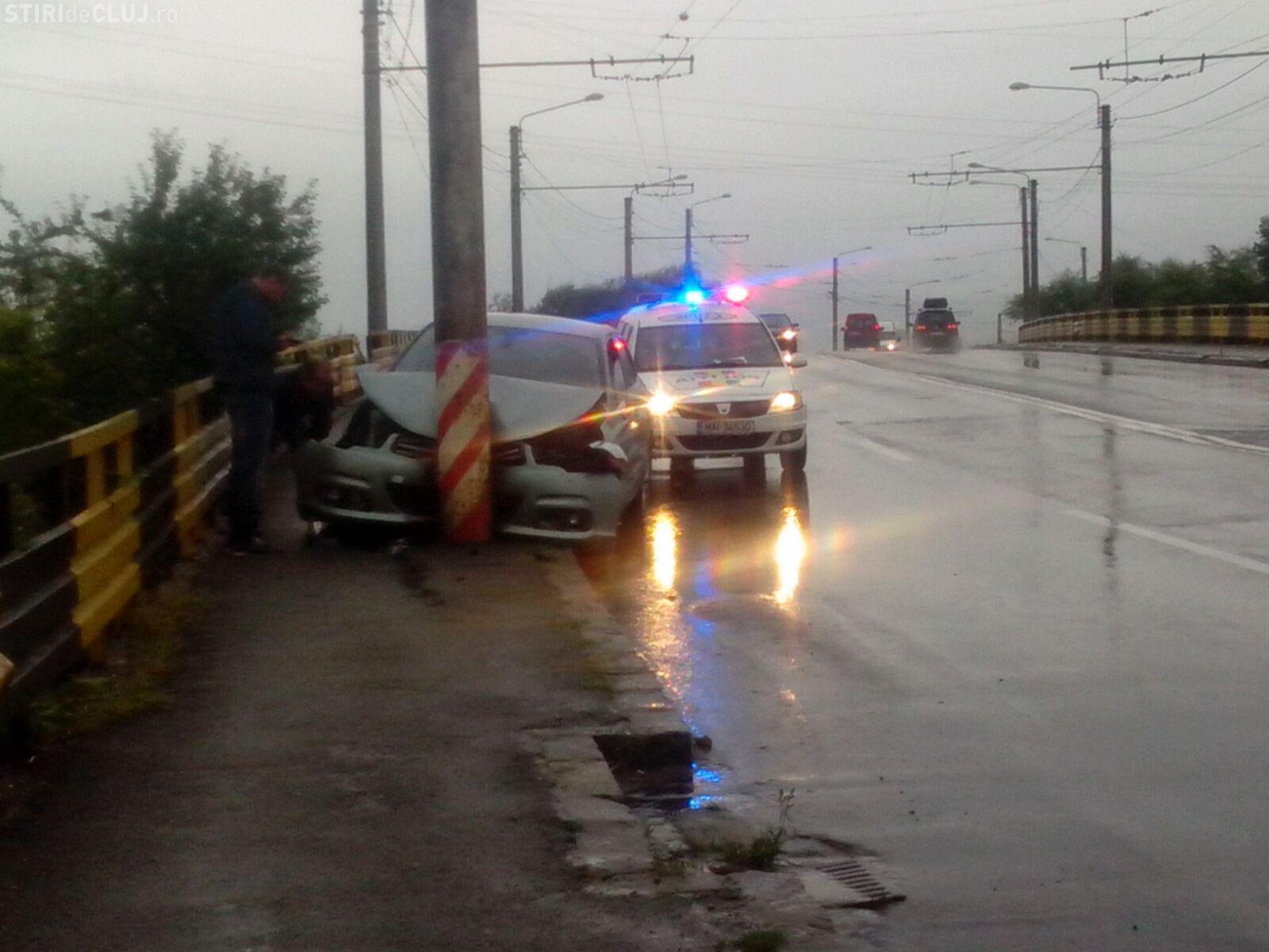 Accident pe podul de la Terapia. Și-a făcut PRAF mașina - FOTO