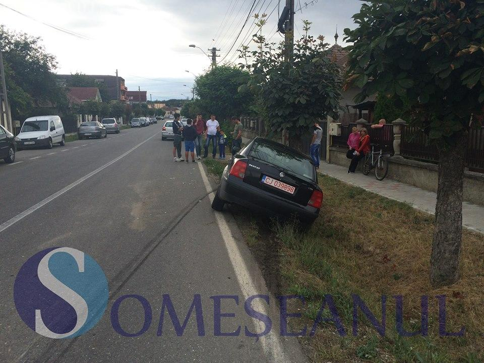 Accident la Gherla. O mașină a fost proiectată în șanț după ce a intrat pe interzis VIDEO
