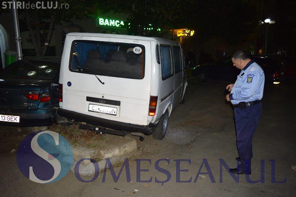 Un șofer a lovit două mașini în Gherla, apoi a fugit de la fața locului. Și-a abandonat și autoturismul VIDEO