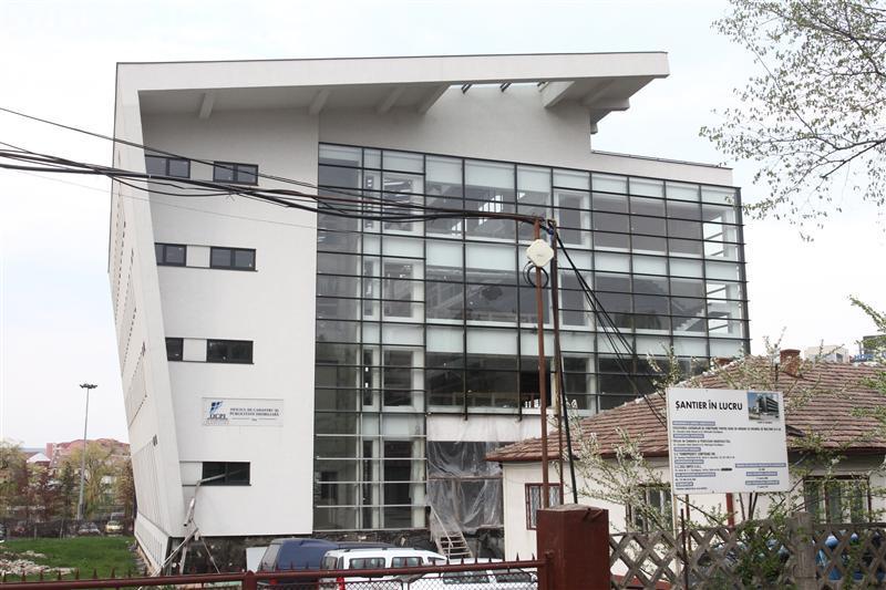 Oficiul de Cadastru Cluj funcționează în două barăci. Chiria e 78.000 € pe an, iar sediul nou de lângă se degradează