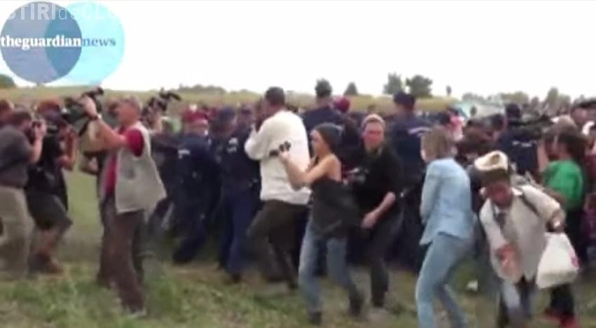 O jurnalistă din Ungaria a fost concediată după ce a lovit imigranții cu piciorul VIDEO