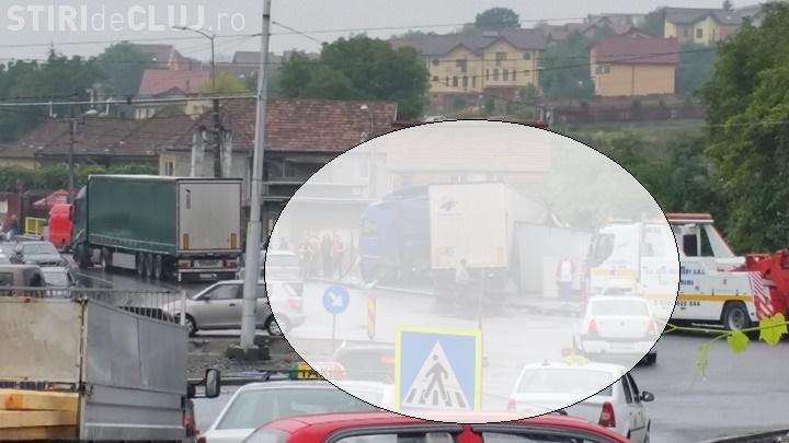 Accident la intersecția Oașului cu Muncii! Un TIR a RUPT tot în cale. Șoferii ÎNJURĂ administratorii drumului - FOTO
