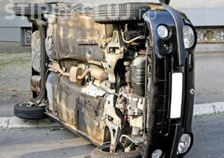 Ce se întâmplă când conduci beat și cu viteză. Un clujean a distrus un stâp și s-a răsturnat cu mașina