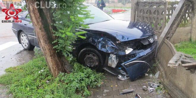 Accident între un șofer și un taximetrist la Gherla. Un autoturism a ajuns în gard VIDEO