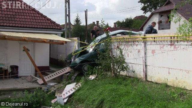 """O șoferiță clujeancă a """"parcat"""" direct pe terasa unui vecin. I-a distrus gardul și conducta de gaz VIDEO"""