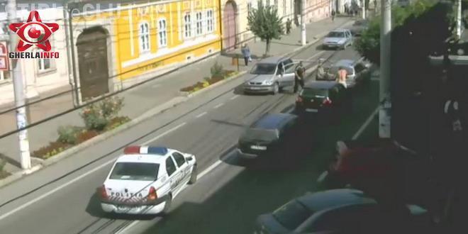 Doi șoferi s-au luat la bătaie în mijlocul străzii, la Gherla. Totul a fost surprins de camerele de supraveghere VIDEO