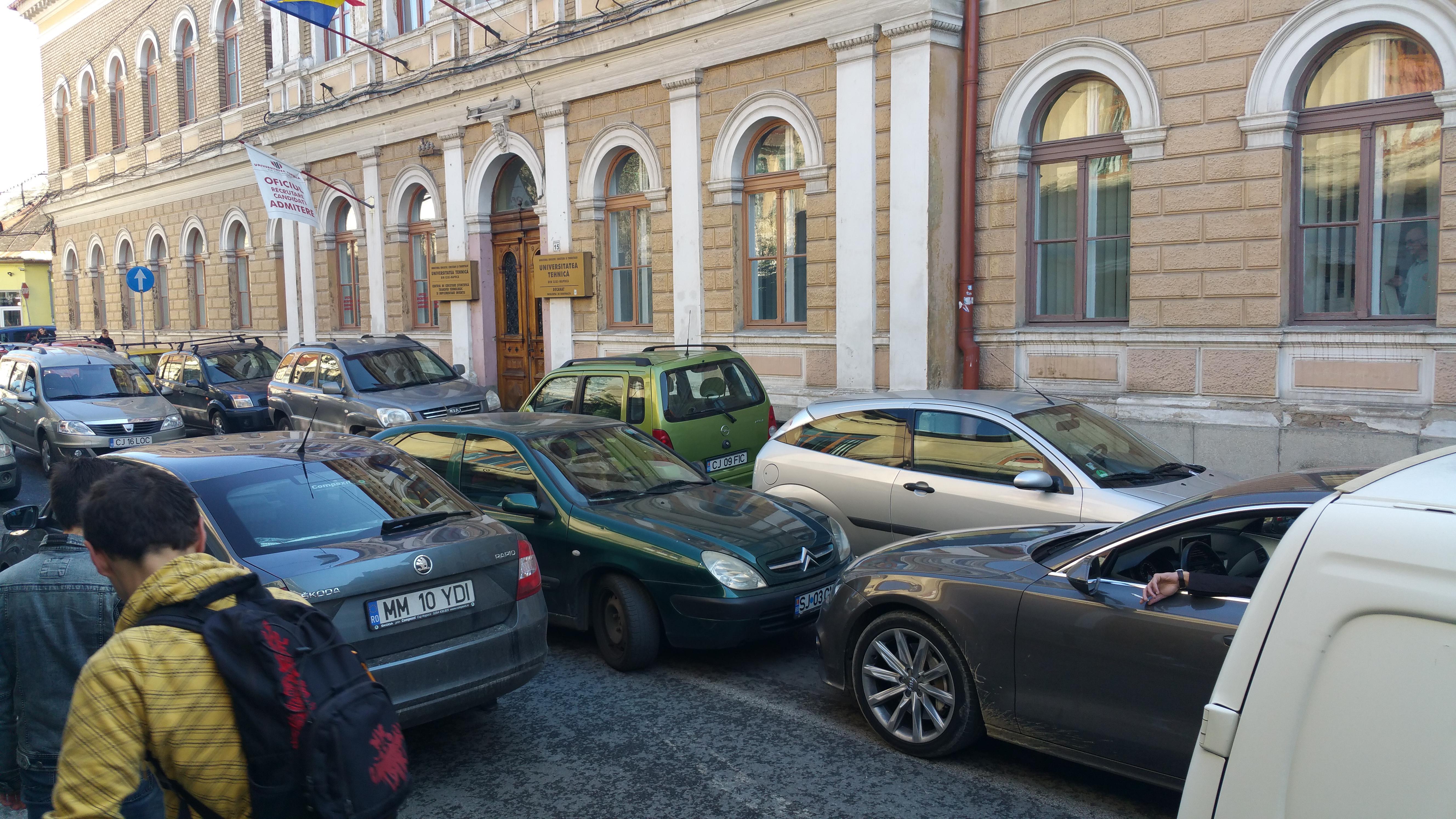 Șoferul sătul de ȘMECHERII de pe strada Daicoviciu continuă lupta. A BLOCAT iarăși drumul  - FOTO