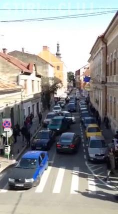 Acest șofer nu a mai suportat ȘMECHERIA din centrul Clujului. A blocat strada pentru că are DREPTATE - VIDEO