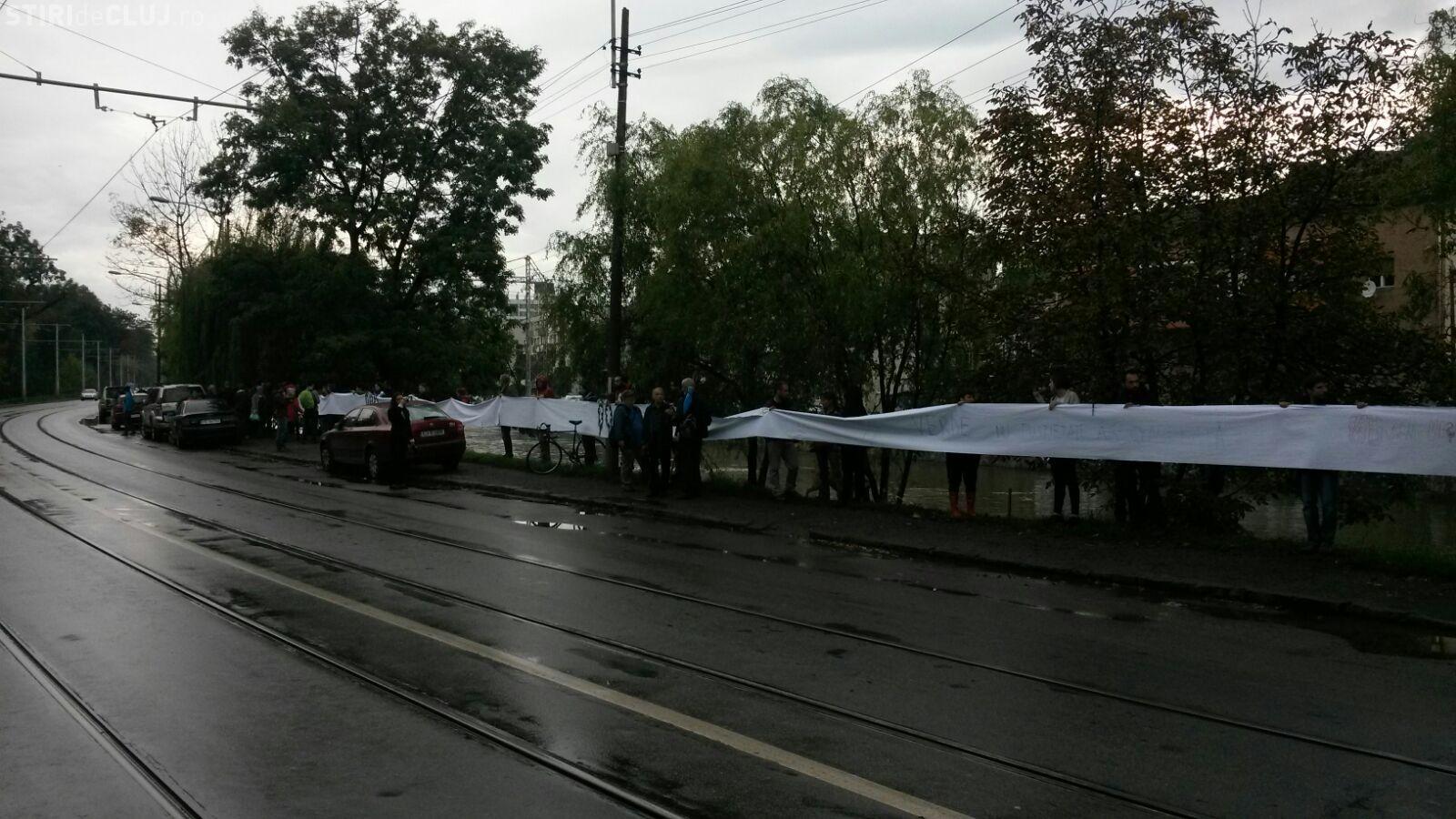 Lanț uman, pentru salvarea malului Someșului, la Cluj. Nu vor lărgirea Splaiului Independenței  FOTO VIDEO