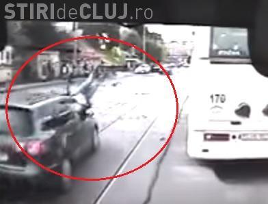 SPULBERATĂ de o mașină pe strada Primăverii. Accidentul a fost surprins LIVE - VIDEO