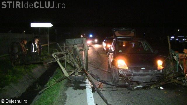 Căruță spulberată de mașină pe un drum din Cluj. Două persoane se aflau în atelaj VIDEO