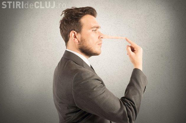 Cum mint bărbații pe site-urile de dating și cum îi poți depista pe mincinoși