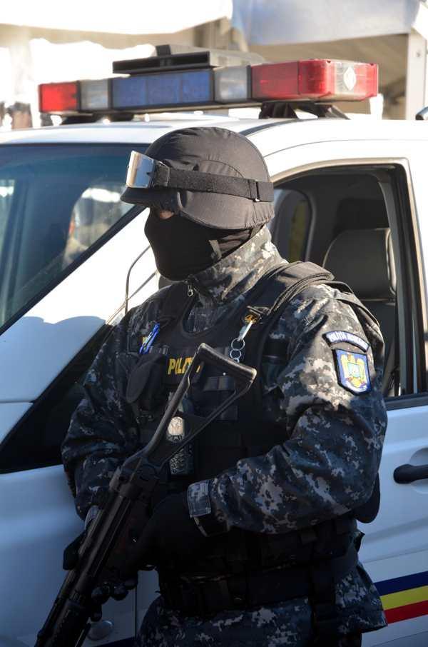 """Mascații au """"descins"""" în Piața Unirii pentru a căuta droguri. Ce s-a întâmplat de fapt FOTO"""