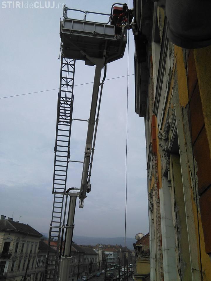 Pompierii intervin pe strada Horea. Un ornament riscă să cadă - FOTO