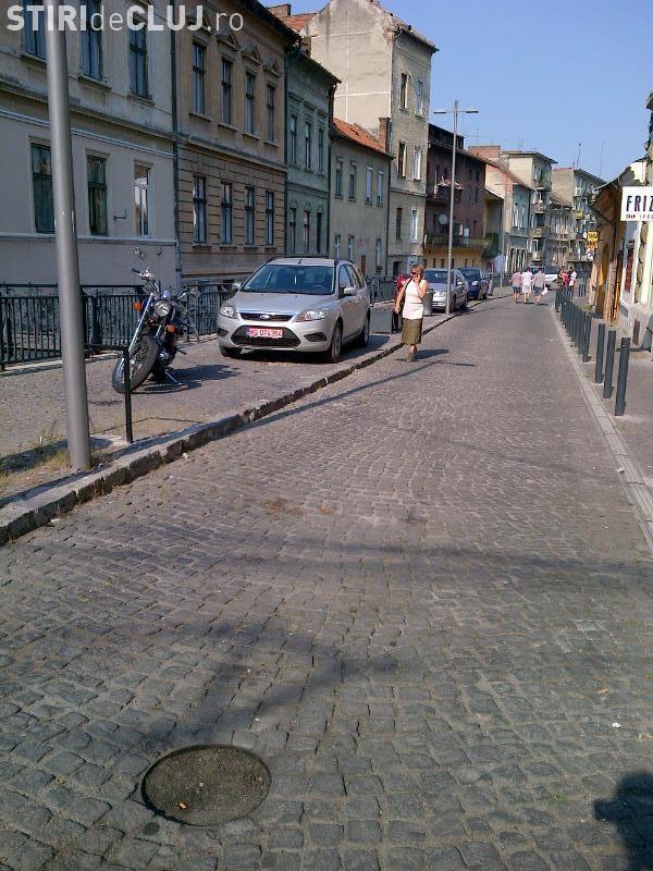 Parcarea pe trotuar este ilegală, susține un judecător CSM. Poliția interpreteaza eronat legea