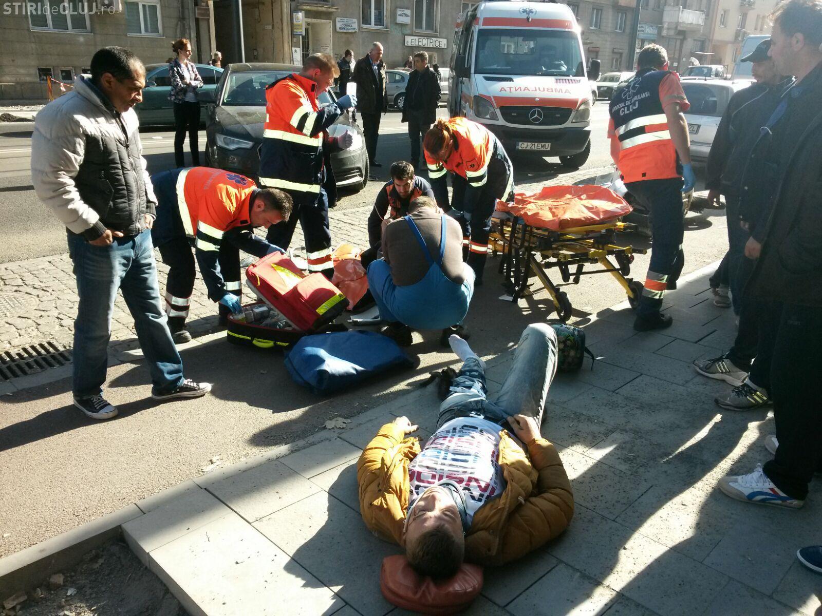 Accident pe strada Horea! Șoferul unui Audi a trecut dubla continuă și a lovit un scuter cu două persoane - VIDEO și FOTO