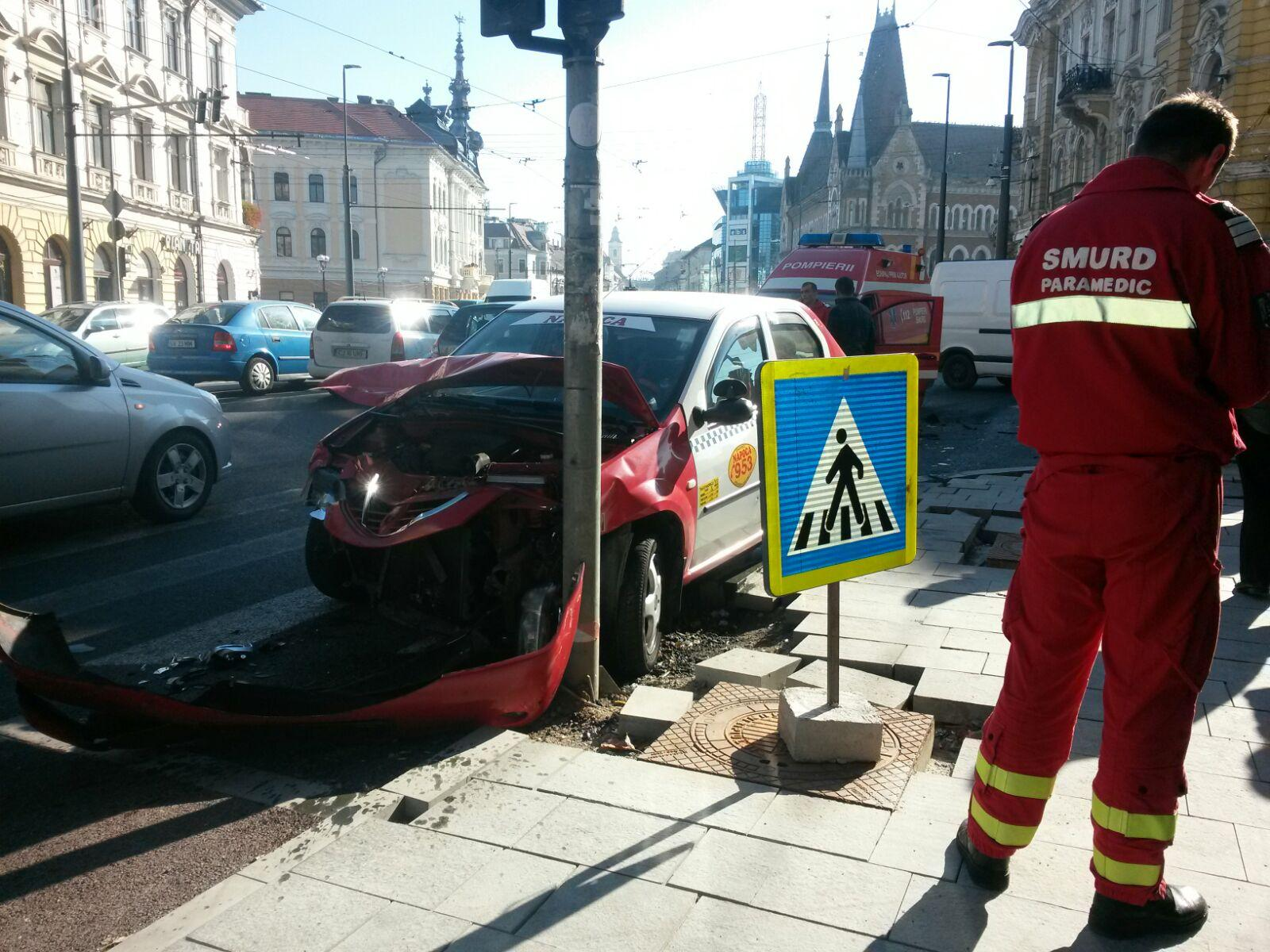 Accident pe strada Horea. Un taxi a intrat direct într-o autospecială SMURD - FOTO