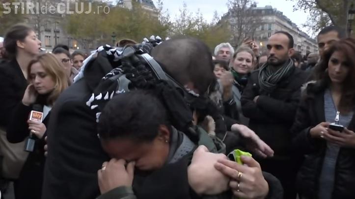 Un musulman legat la ochi în centrul Parisului le-a cerut oamenilor să îl îmbrățișeze - VIDEO