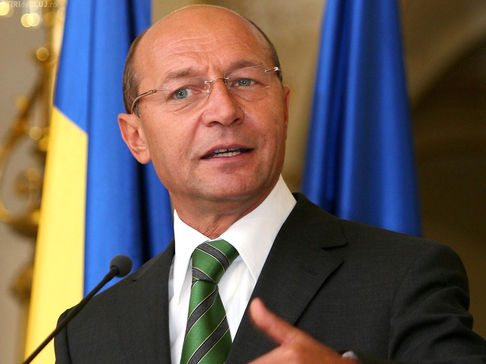 """Băsescu l-a ironizat pe Klaus Iohannis, după ce a anunțat că se va consulta cu """"strada"""": Pas cu pas, dar REPEDE!"""