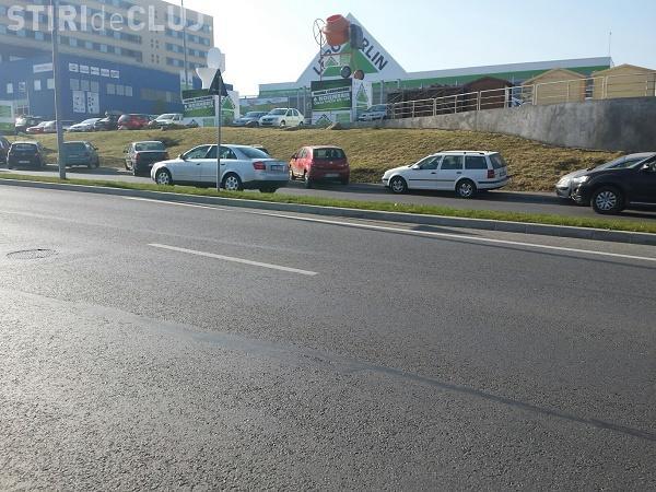 Nesimțire MAXIMĂ a șoferilor pe Calea Turzii. Trotuarele sunt impracticabile din cauza mașinilor parcate pe ele FOTO
