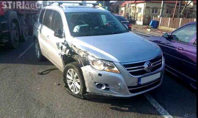 Accident surprins de camere la Florești. Un șofer a intrat cu SUV-ul direct într-un autobuz VIDEO