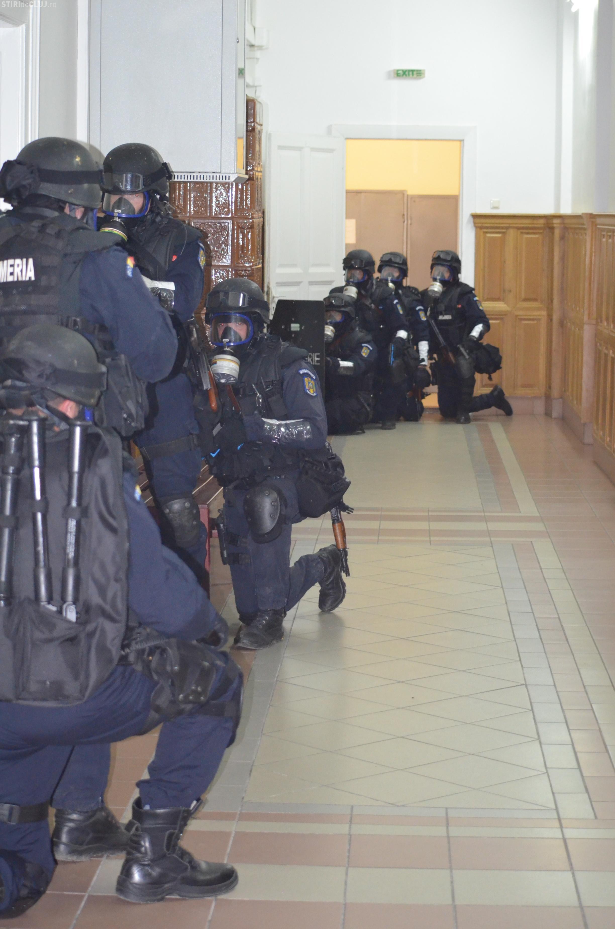 Tribunalul Cluj a fost luat cu asalt de mascați. S-a presupus că e o luare de ostatici - FOTO