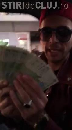 Un tânăr s-a filmat cum aruncă cu bani într-o stație de autobuz: Uite cum adună săracii. Le-am făcut ziua - VIDEO