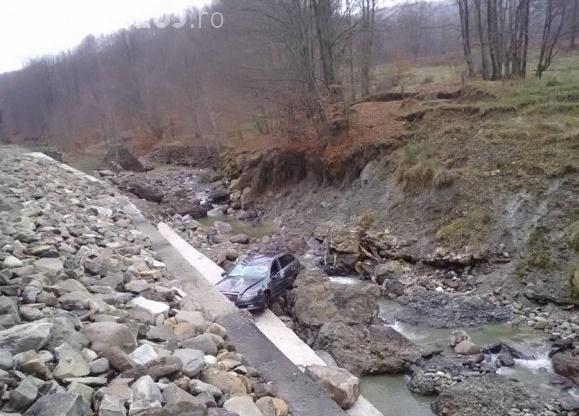 """Un șofer clujean a """"zburat"""" cu un AUDI în albia pârâului Cavnic -FOTO"""