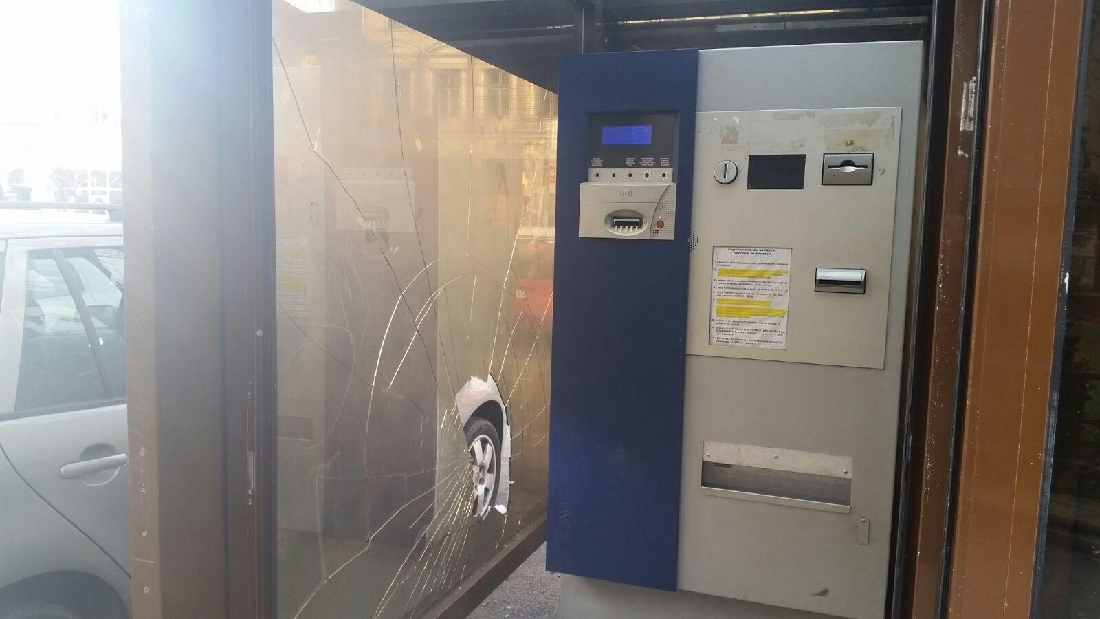 Au vandalizat stația de autobuz de pe strada Unirii - FOTO