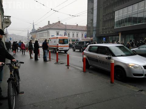 Traversarea neregulamentară face victime! Un bărbat a fost lovit de mașină în față la Central