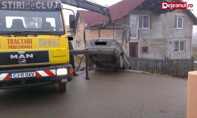 Un clujean a ajuns cu mașina direct în șanț, din cauza unui șofer neatent FOTO
