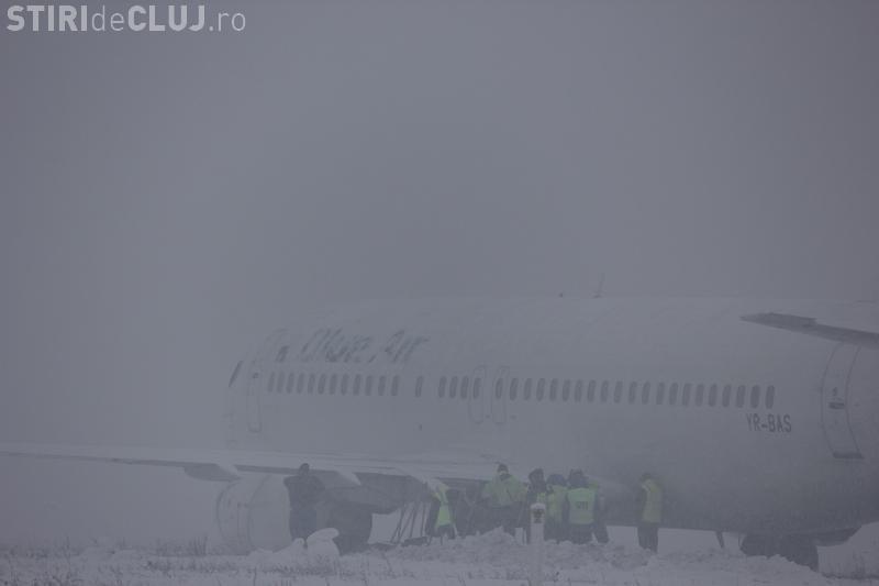 VIDEO - Avionul Blue Air a ajuns pe câmp la Cluj. Trebuie tractat pe pistă - FOTO