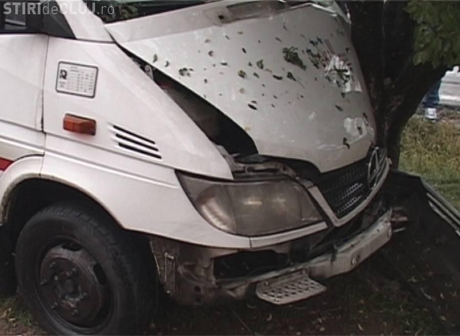 Accident la miez de noapte pe un drum din Cluj. Un șofer a intrat cu microbuzul în poarta unei case