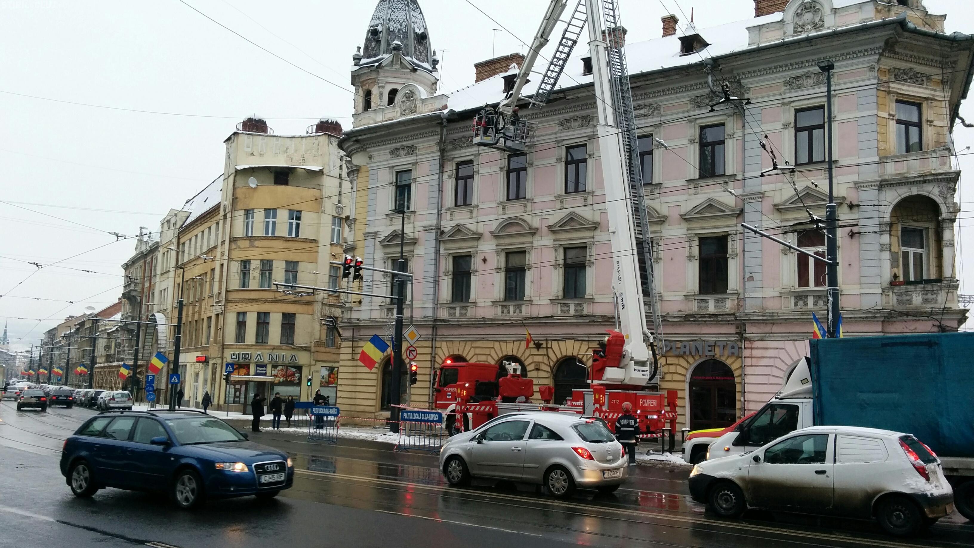 Clădirile vechi pun din nou viața trecătorilor în pericol. Pompierii au fost solicitați să intervină pe strada Horea