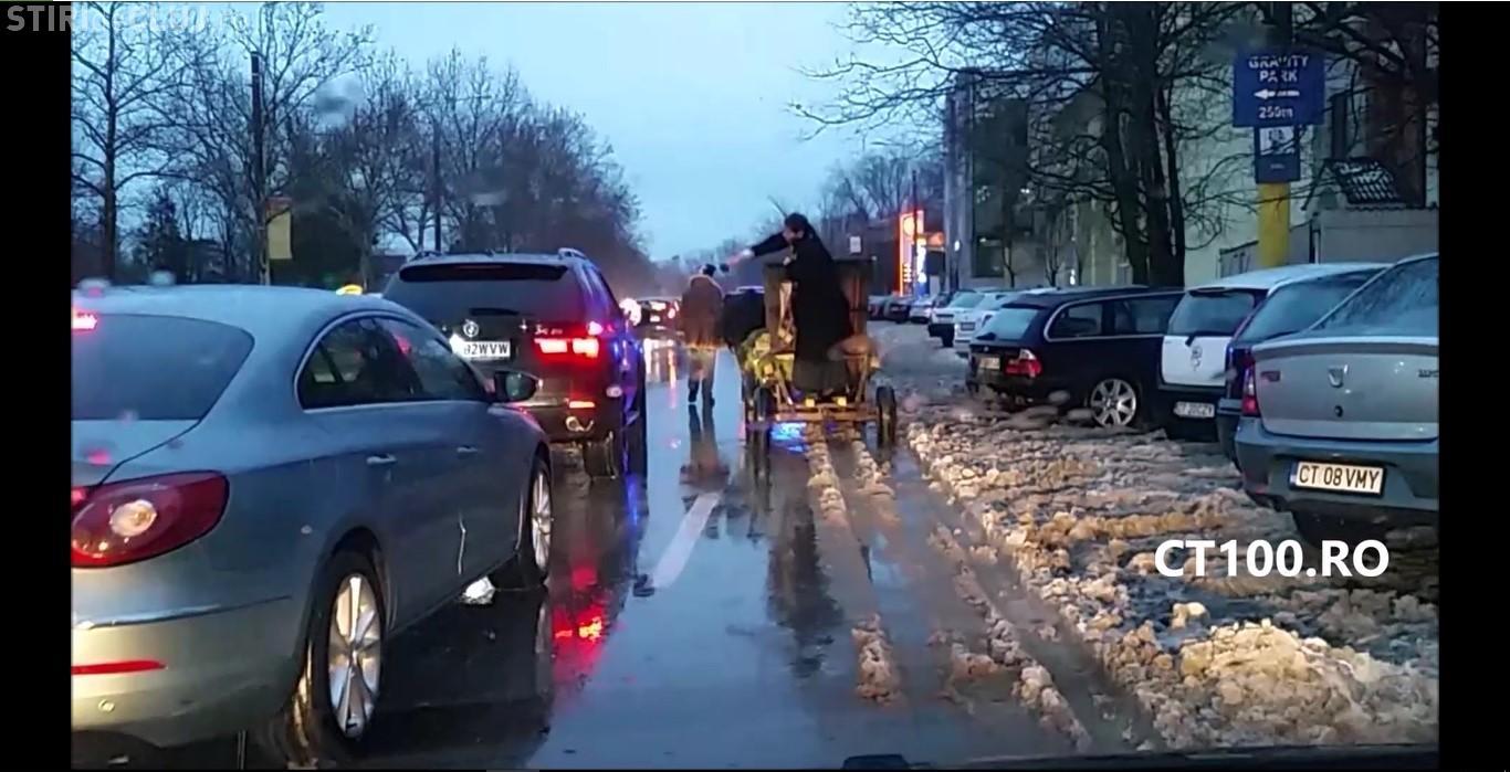 Cum se sfințesc mașinile în România. Un preot s-a urcat în căruță și a ieșit pe străzi pentru a stropi cu agheasmă VIDEO
