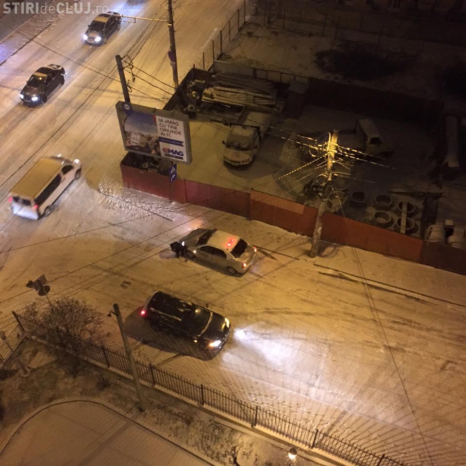 Pe o stradă din Cluj-Napoca, trei accidente la rând luni seara: E derdeluș - FOTO
